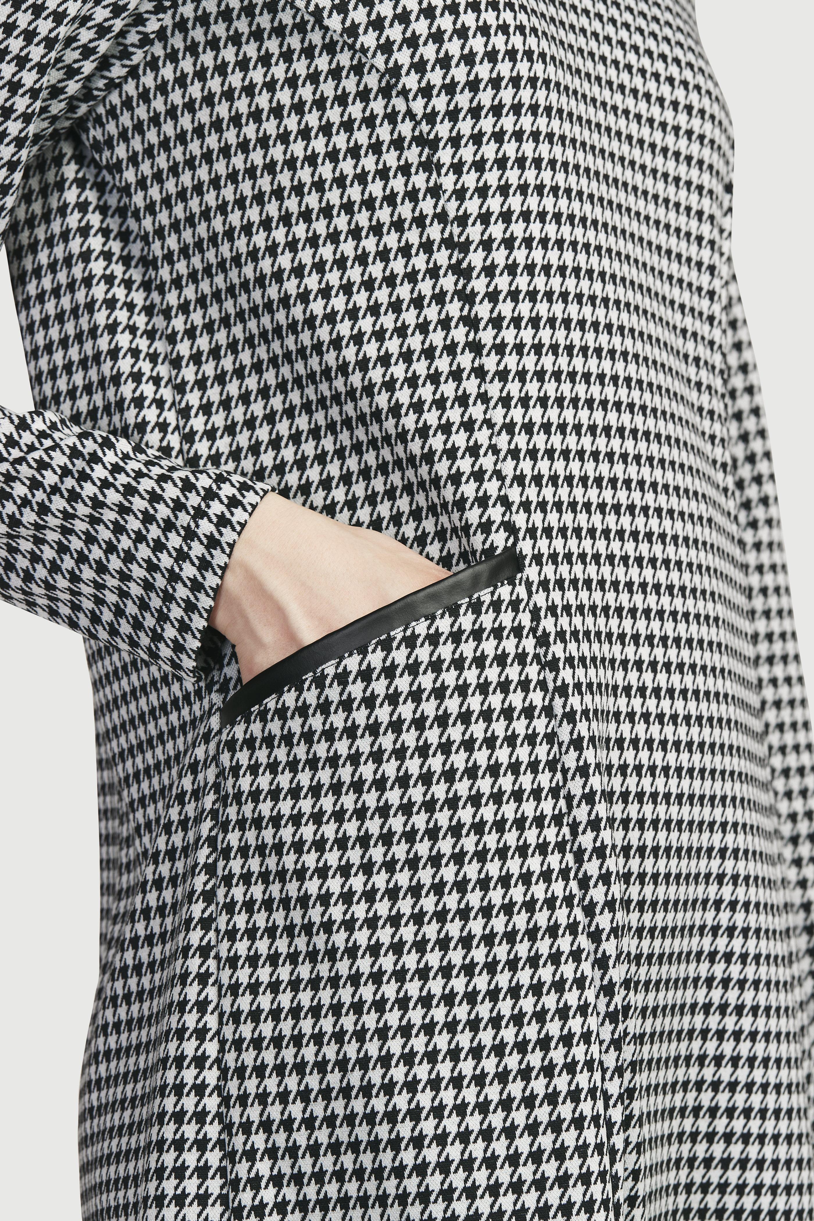 Trikotāžas kleita ar mākslīgās ādas detaļām