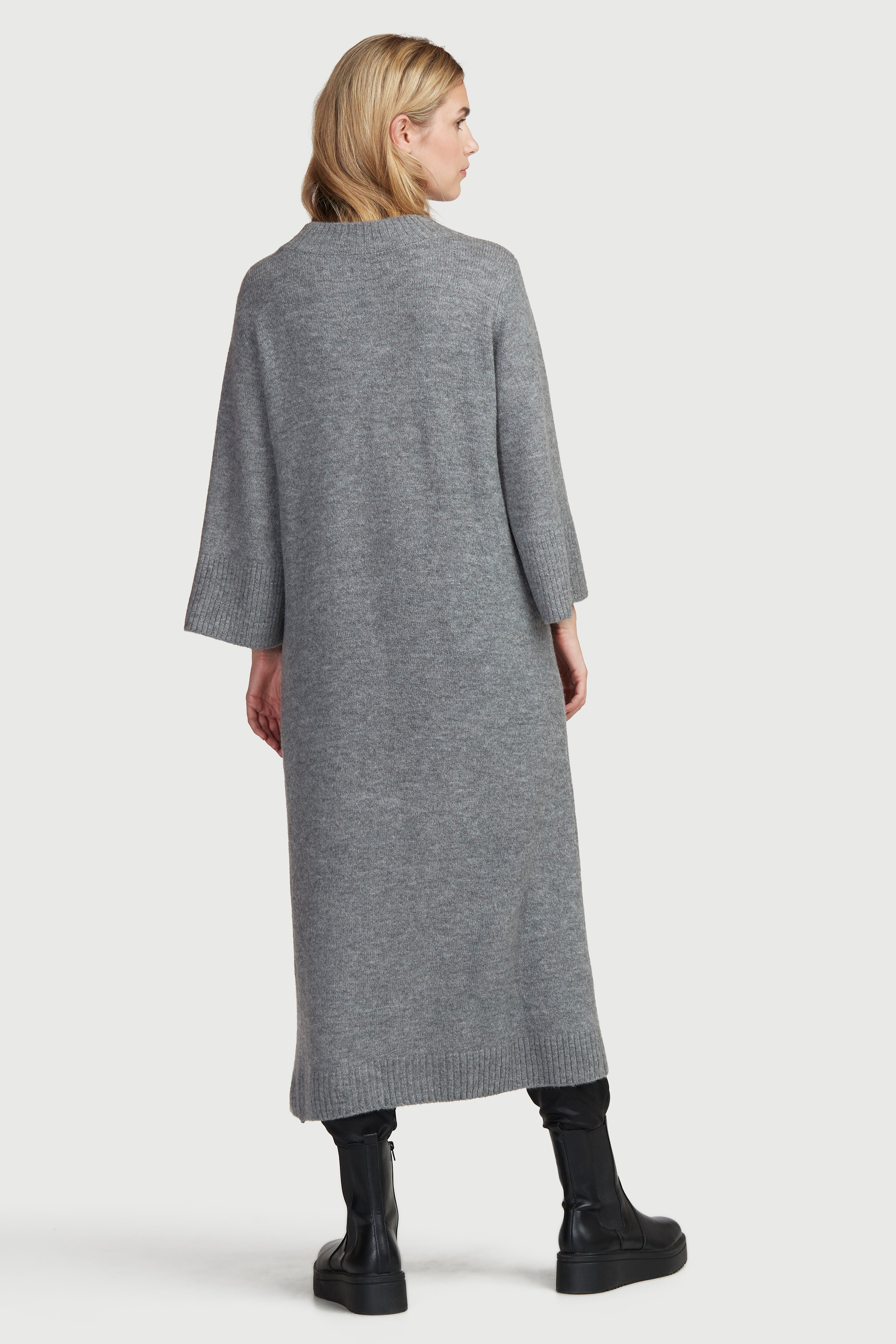 Adīta kleita ar augstu šķēlumu